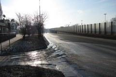 W Łodzi nie wytrzymała rura wodociągowa, na jezdni lód