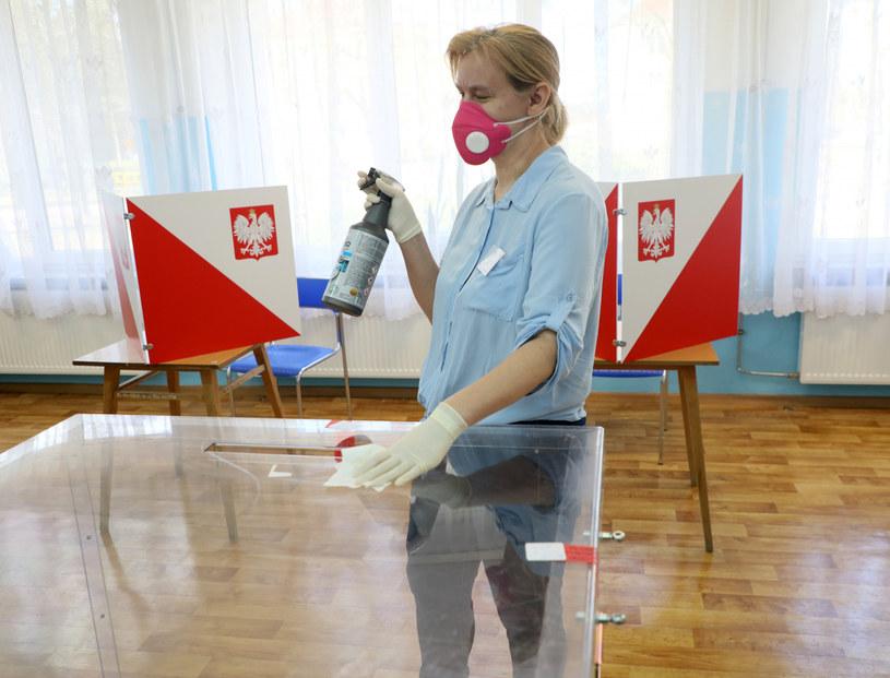 W lokalach wyborczych będzie konieczna dezynfekcja / Jakub Kamiński    /East News