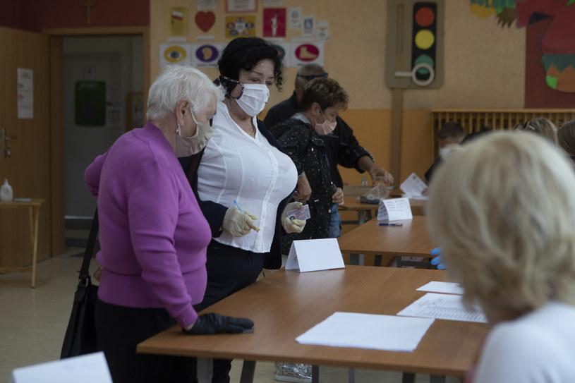 W lokalach wyborczych zjawiają się już pierwsze osoby /Witold Spisz/REPORTER /Reporter