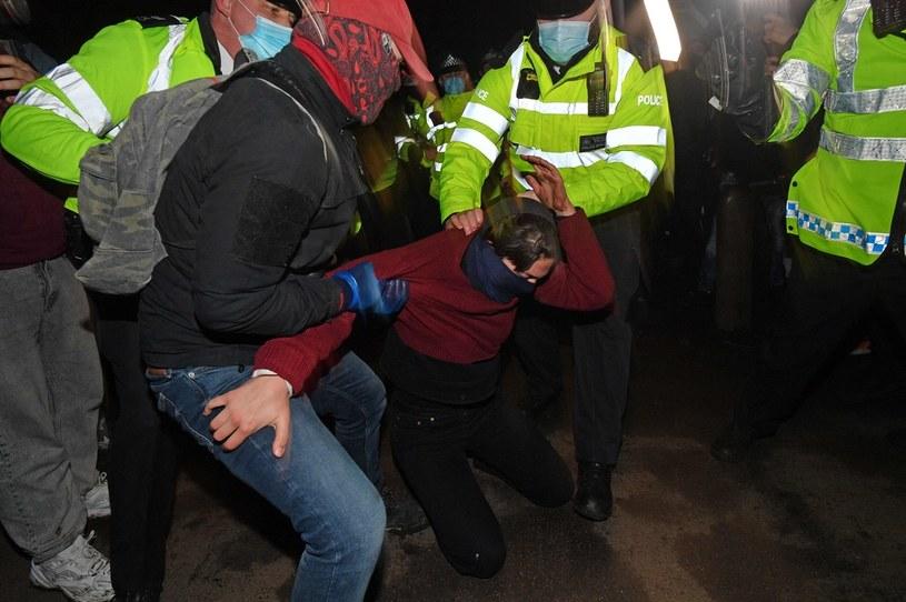 W londyńskim parku Clapham Common zebrały się setki ludzi. Doszło tam do przepychanek z policją /JUSTIN TALLIS /AFP