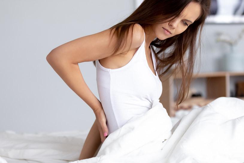 W łóżku spędzasz ok. 8 godzin na dobę. Ten czas wpływa na zdrowie twojego kręgosłupa /123RF/PICSEL