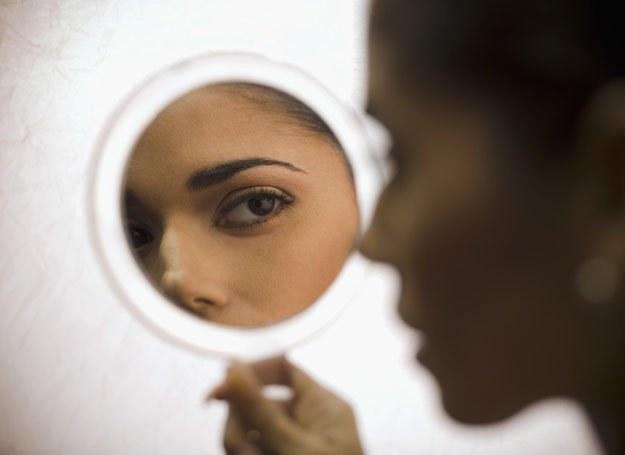 W lustrze można było zobaczyć odbicie ukochanego /© Panthermedia