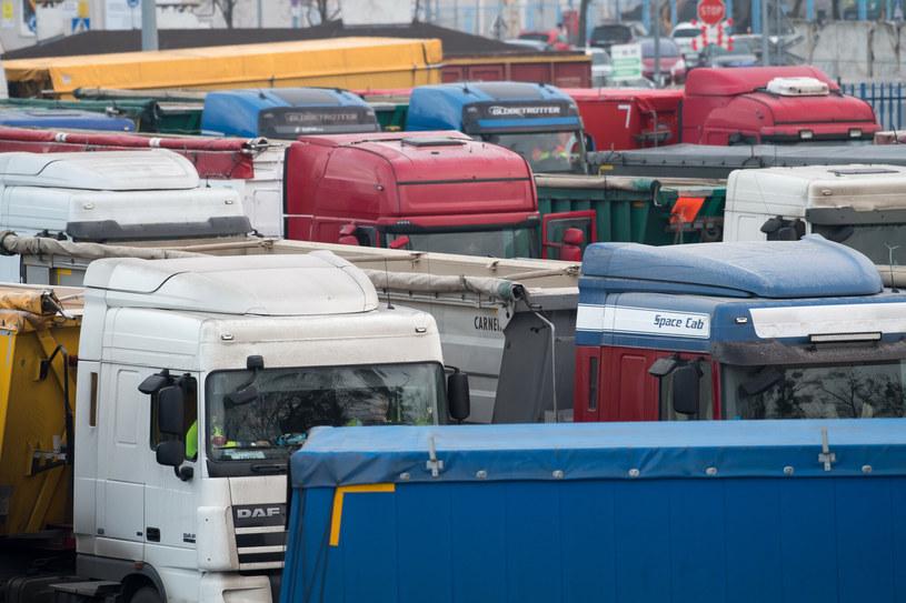 W majówkę ciężarówki muszą trafić na parkingi /Wojciech Stróżyk /Reporter