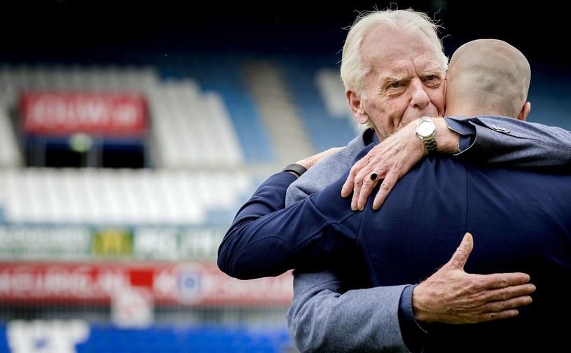 W maju 2017 r. trener Peter Bosz gratulował Leo Beenhakkerowi przyznania mu nagrody im. Rinusa Michelsa /AFP