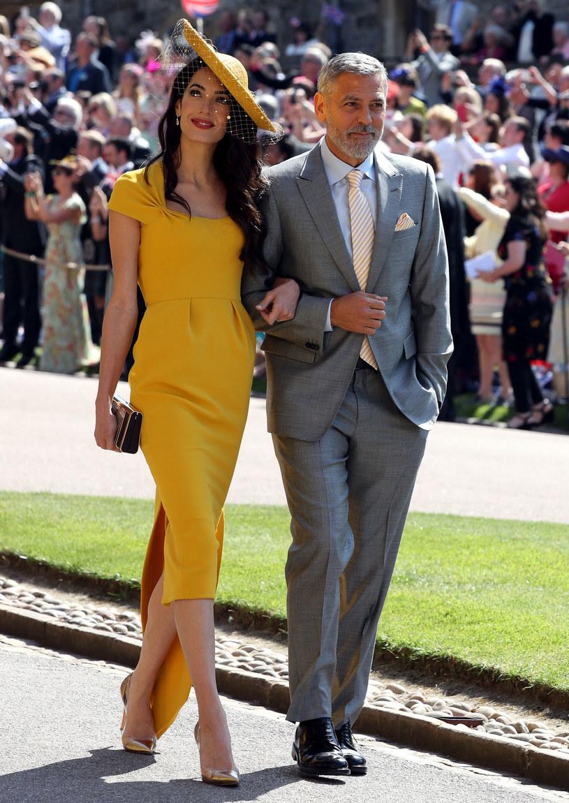 W maju tego roku na ślubie Meghan Markle i księcia Harry'ego Amal Clooney zwracała na siebie uwagę musztardową suknią projektu Stelli McCartney. /AFP