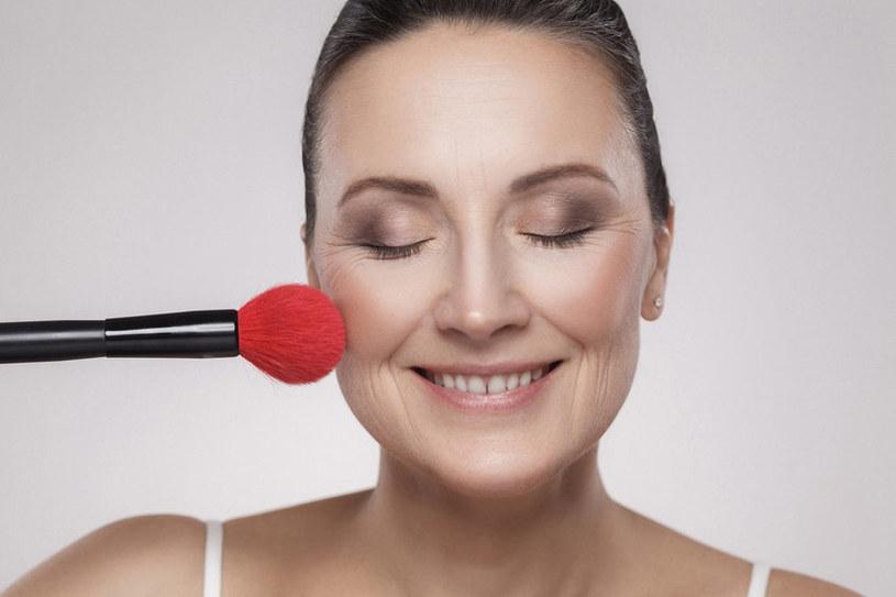 W makijażu cery tłustej ogromne znaczenie ma odpowiedni wybór kosmetyków /123RF/PICSEL