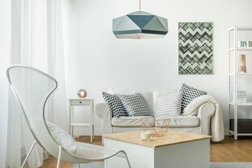 W małym mieszkaniu warto postawić na kolory takie jak biel, szarość, czy też jasne, pastelowe błękity /123RF/PICSEL