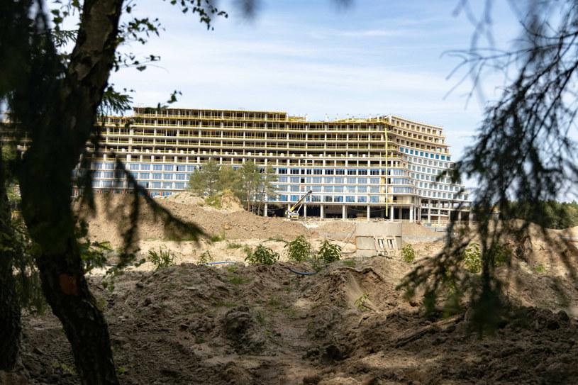 W małym Pobierowie rośnie właśnie bardzo duży hotel... /ROBERT STACHNIK/REPORTER /Reporter