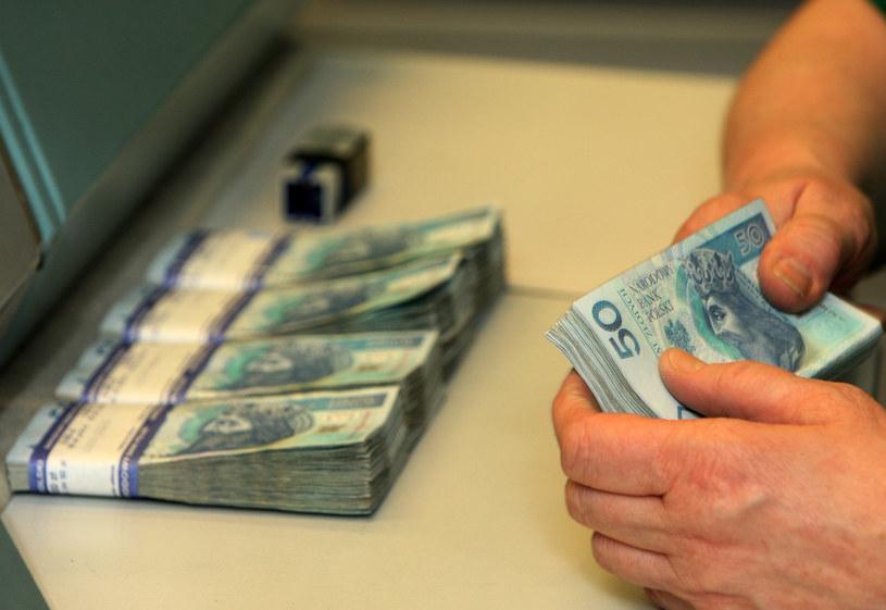 W marcu i kwietniu Polacy wypłacili z banków gotówkę o rekordowej wartości /Stanisław Kowalczuk /Agencja SE/East News