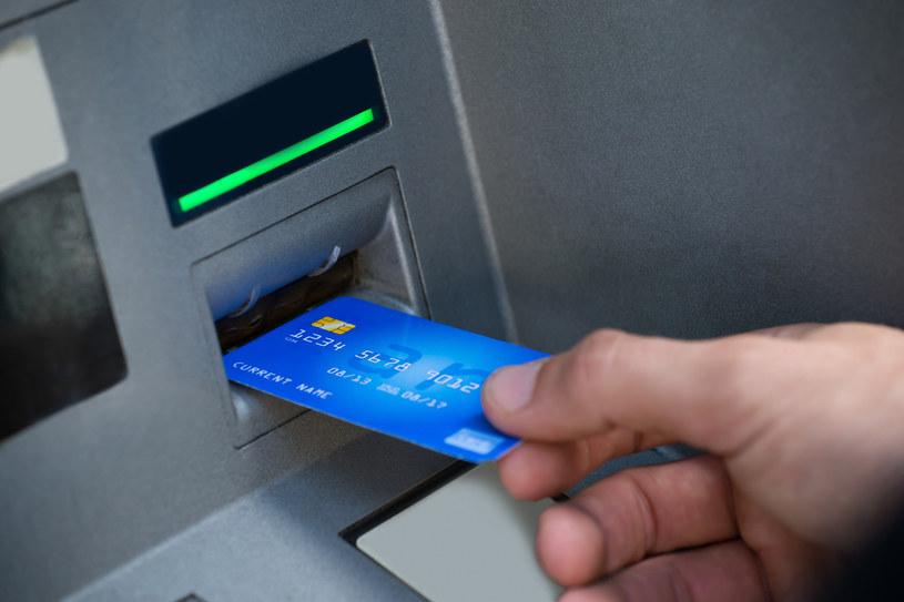 W marcu Polacy masowo ruszyli do banków i bankomatów wypłacać pieniądze /123RF/PICSEL