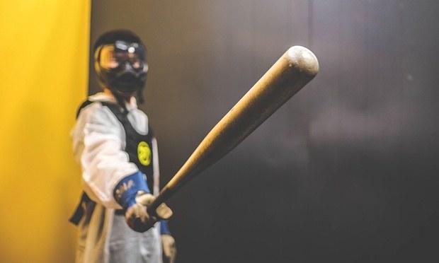 W masce, kombinezonie i z kijem baseballowym w ręce jesteś gotowy na rozwałkę /materiały prasowe