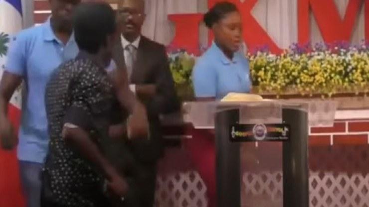 W materiałach wideo widać, jak pastor i dwoje członków chóru śpiewających pieść wielkanocną, nagle opuszczają mikrofony i kulą się przy ołtarzu /YouTube