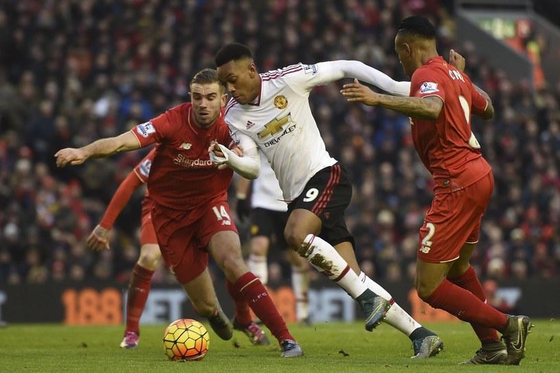 W meczach Liverpoolu z Manchesterem United emocji nigdy nie brakuje /AFP