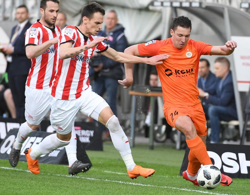 W meczu Cracovia - Zagłębie Lubin o piłkę walczą Antonini Culina i Jakub Tosik /Jacek Bednarczyk   /PAP