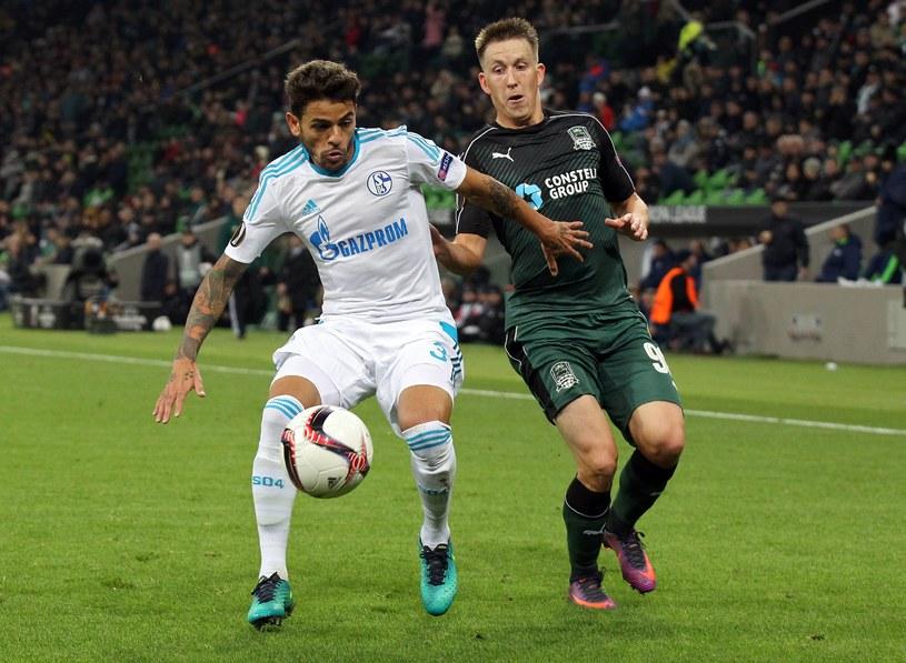 W meczu Karsnodar - Schalke więcej było walki niż dobrej gry. Na zdjęciu z lewej Junior Caicara, obok Siergiej Petrov /AFP