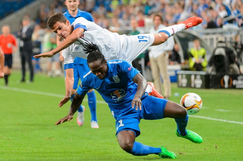 W meczu Lecha (niebieskie stroje) z Belenenses nie brakowało ostrych starć /PAP