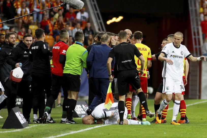 W meczu na szczycie Roman Bezjak brutalnie zaatakował Michała Pazdana /Artur Reszko /PAP