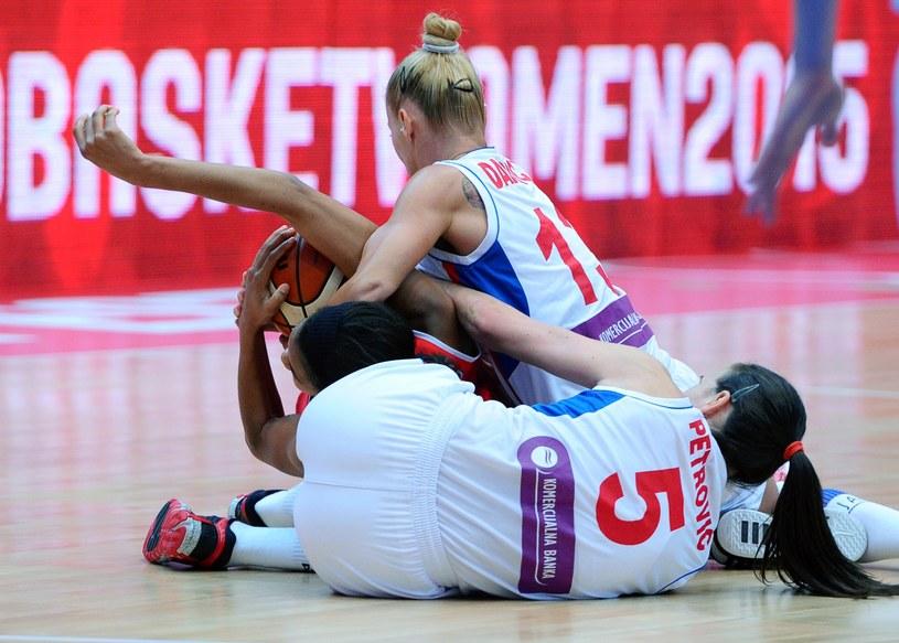 W meczu Serbii z Białorusią na ME koszykarek nie zabrakło ostrej walki /AFP