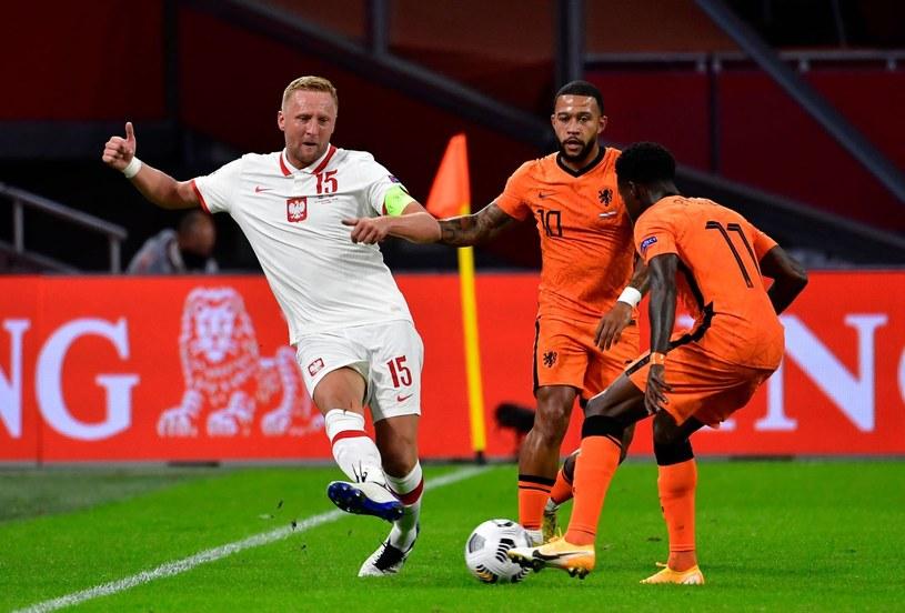 W meczu z Holandią Kamil Glik i cała defensywa Polaków była zepchnięta głęboko. Paulo Sousa chce ją przesunąć znacznie wyżej. Z prawej Memphis Depay /AFP