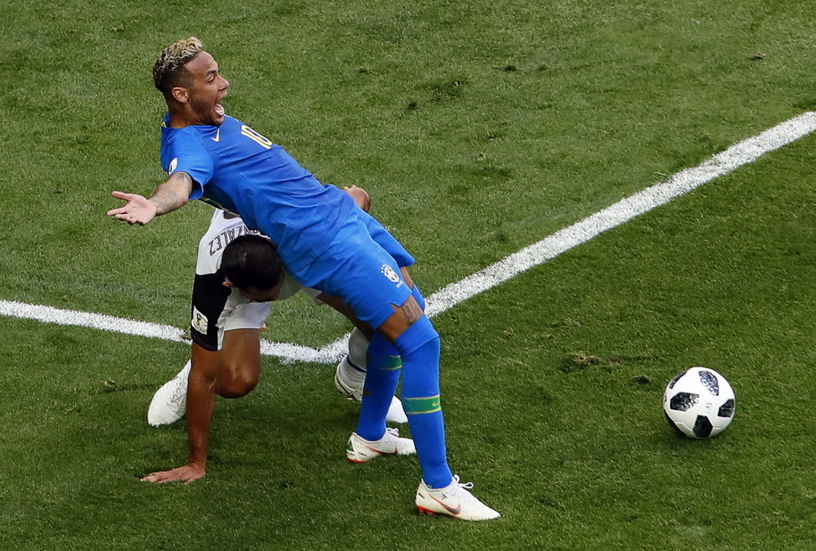 W meczu z Kostaryką Neymar próbował wymusić faul /ANATOLY MALTSEV  /PAP/EPA