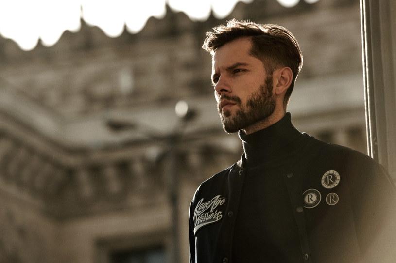 W męskich trendach na ten sezon znajdziemy nawiązania do strojów gwiazd rocka i wojskowych mundurów /materiały prasowe