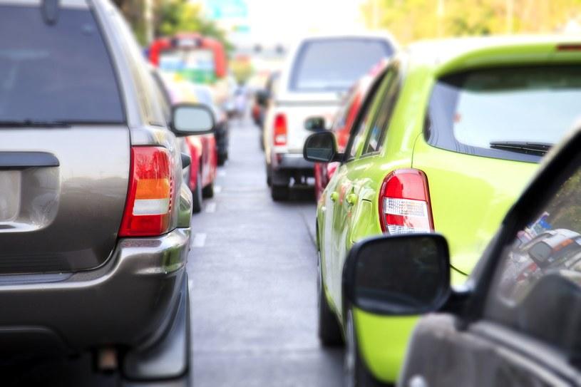 W miastach powstają systemy współdzielenia samochodów, w postaci tzw. car sharingu /123RF/PICSEL