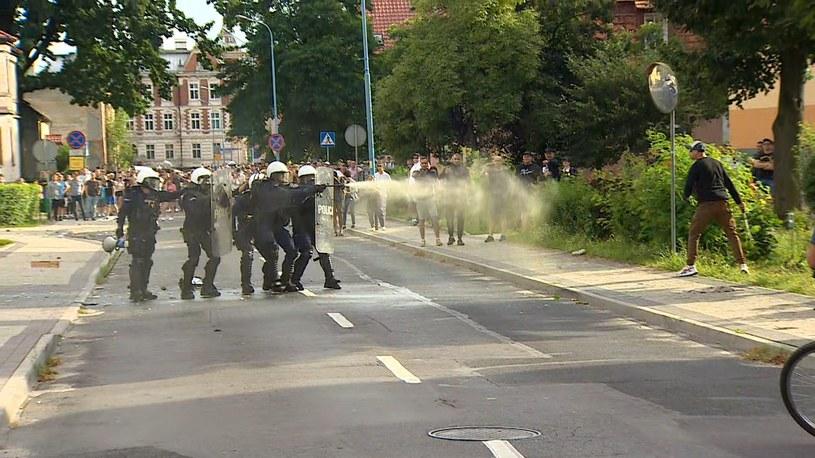 W miejscowości Lubin doszło do zamieszek przed komisariatem policji /Polsat News