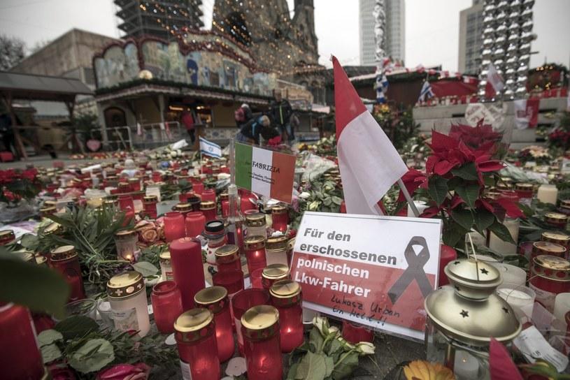 W miejscu, gdzie doszło do zamachu, mieszkańcy Berlina składają kwiaty i znicze /MICHAEL KAPPELER /PAP/EPA