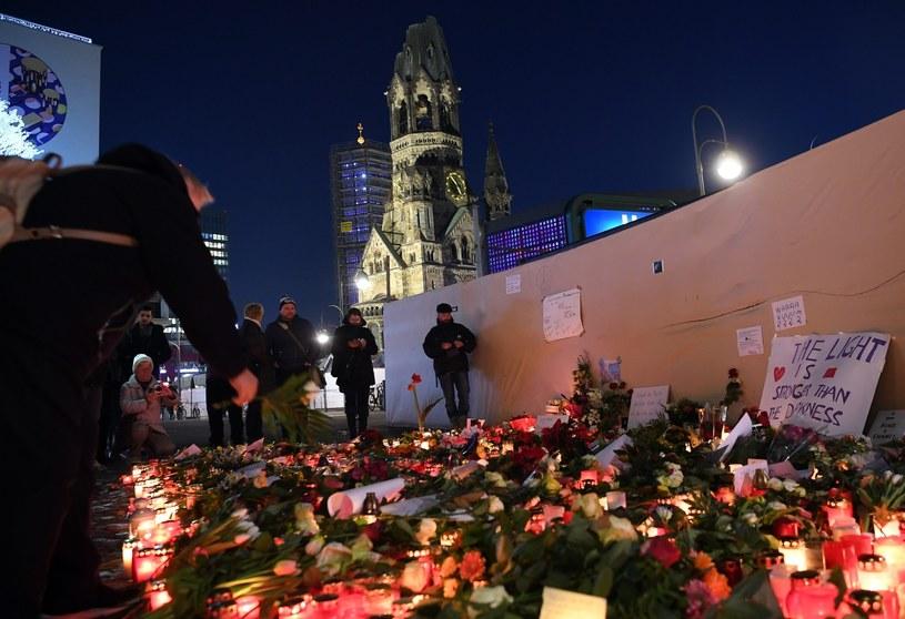 W miejscu, gdzie doszło do zamachu, mieszkańcy Berlina składają kwiaty i znicze /Britta Pedersen  /PAP/EPA