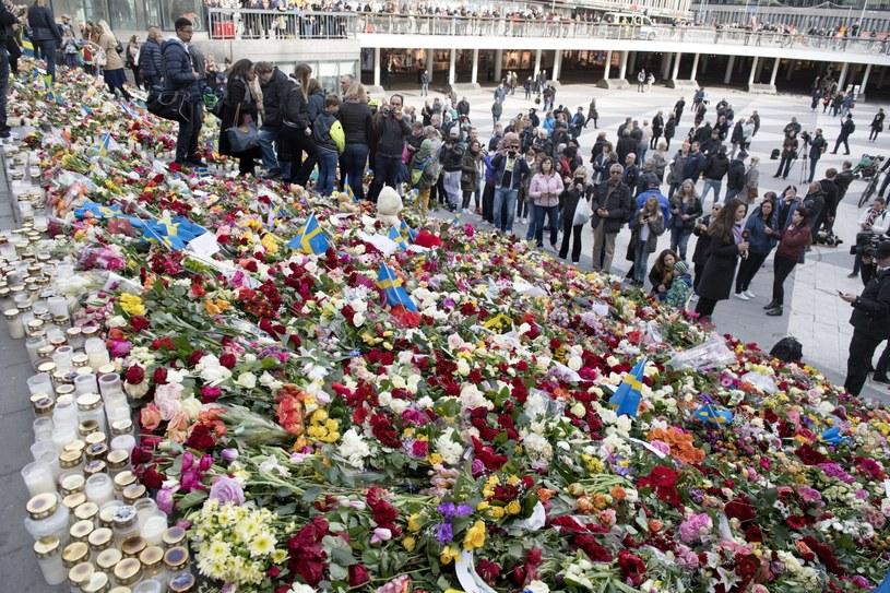 W miejscu, gdzie doszło do zamachu, mieszkańcy Sztokholmu składają kwiaty /Jessica Gow  /PAP/EPA