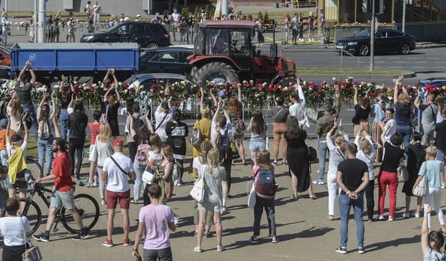 W miejscu, gdzie podczas wczorajszych protestów zginął mężczyzna, dziś zebrali się Białorusini /YAUHEN YERCHAK /PAP/EPA