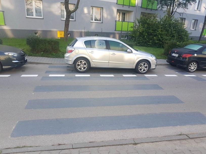 W miejscu przejść pojawiły się miejsca parkingowe. Zmiana organizacji ruchu ma charakter kompleksowy /