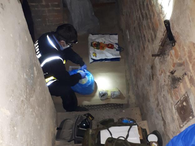 W miejscu zamieszkania mężczyzny policjanci znaleźli nie tylko kości zmarłego, ale również i narkotyki. /KPP Otwock  /