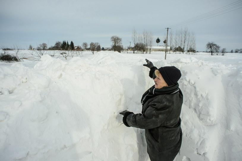 W Mienianach w gminie Hrubieszów droga kończy się w połowie wsi. Od kilku dni żaden pług nie jest w stanie przebić się przez zaspy /Wojciech Pacewicz /PAP