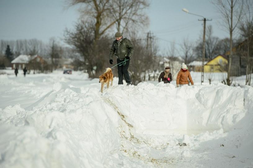 W Mienianach w gminie Hrubieszów droga kończy się w połowie wsi /Wojciech Pacewicz /PAP