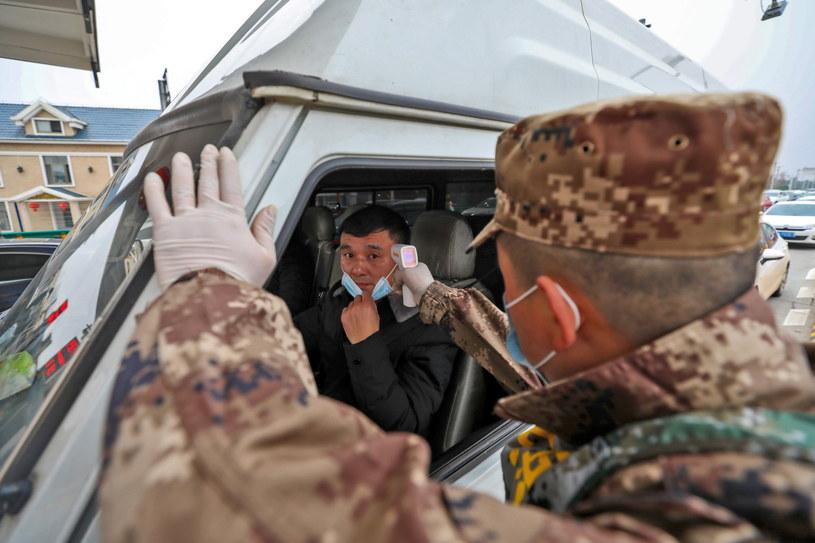 W mieście Wuhan wojskowi sprawdzają, czy kierowca nie ma gorączki. /STRINGER CHINA /PAP/EPA