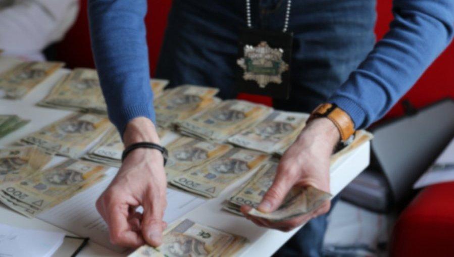 W mieszkaniach podejrzanych zabezpieczono prawie ćwierć miliona złotych w różnej walucie /CBŚP
