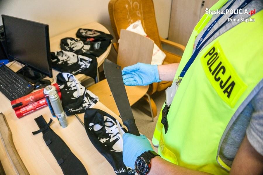 W mieszkaniach zatrzymanych  znaleziono maczety, pałki, kominiarki i wiatrówkę /slaska.policja.pl /