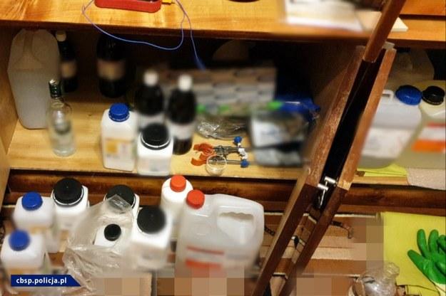 W mieszkaniu mężczyzny  pirotechnicy zabezpieczyli skrajnie niebezpieczne materiały, m.in. 15 kg nitroglikolu, substancji znacznie silniejszej od trotylu /CBŚP