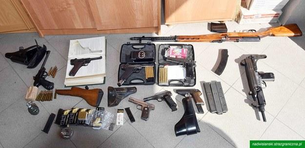 W mieszkaniu znaleziono kilkanaście sztuk broni palnej oraz pół tysiąca sztuk amunicji. /Straż Graniczna