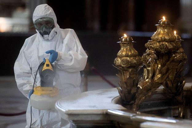 W miniony poniedziałek bazylika Świętego Piotra została otwarta dla turystów i wiernych. Wcześniej przeprowadzono jej gruntowną dezynfekcję /MASSIMO PERCOSSI /PAP/EPA