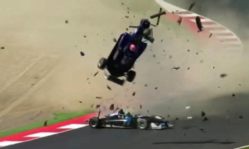 W momencie zderzenia, samochód chińskiego kierowcy wyleciał w powietrze /