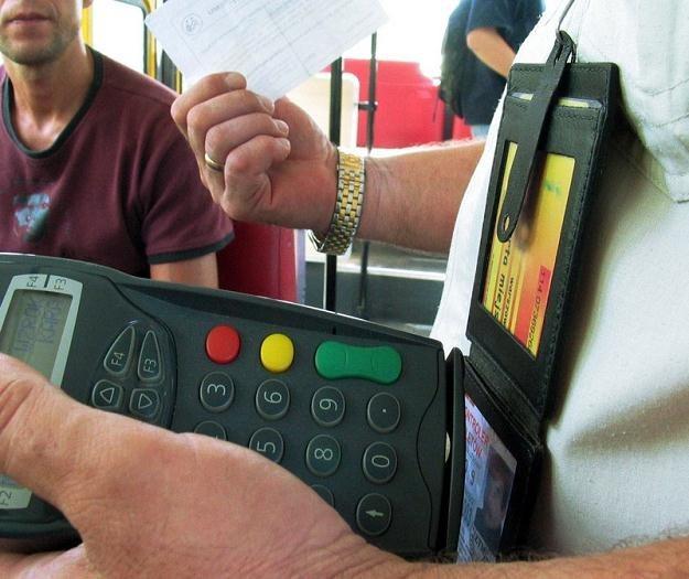 """W mowie potocznej rewizorów biletów nazywa się """"kanarami"""" /fot. Wojciech Grzędziński /Agencja SE/East News"""