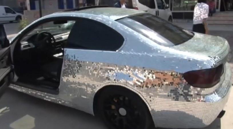 W mozaikowych lustrach przeglądają się kobiety, które nie mogą oderwać wzroku od lśniącego BMW /East News