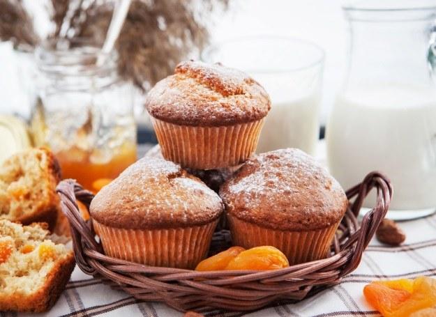W muffinach wydrąż otwory i umieść w nich słodkie owoce - będą smakować jescze lepiej! /123RF/PICSEL