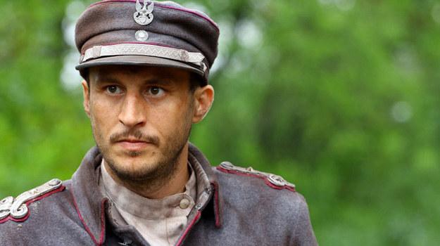 W mundurze nie sposób być zgarbionym, dodaje on urody. W jeansach trudno poczuć ten rodzaj sznytu, męskości - mówi Tomasz Borkowski. /TVP