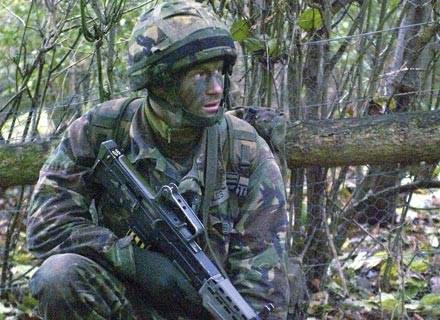 W mundurze nie widać, że to książe /AFP