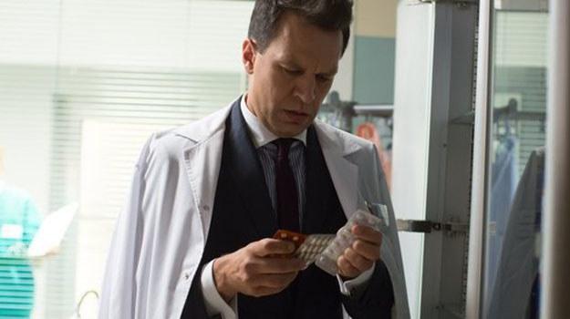 W najnowszych odcinkach profesor będzie dalej zmagał się ze swoim uzależnieniem od leków. /www.nadobre.tvp.pl/