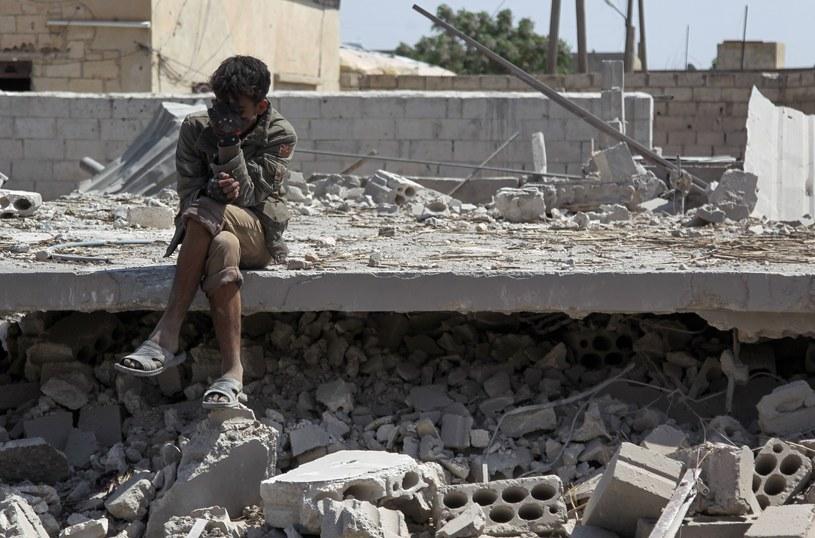 W najnowszym raporcie organizacja powołuje się na dane Syrian Network for Human Rights. Wynika z nich, że osób porwanych przez ISIS, które do dziś nie zostały odnalezione, może być ponad osiem tysięcy. /AMER ALHAMWE/AFP /East News