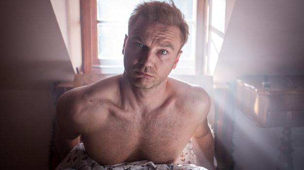 W najnowszym serialu Polsatu aktor wciela się w postać Pawła Anuszkiewicza - przystojnego, młodego mężczyznę, którego kariera rozwinęła się w błyskawicznym tempie. /materiały prasowe